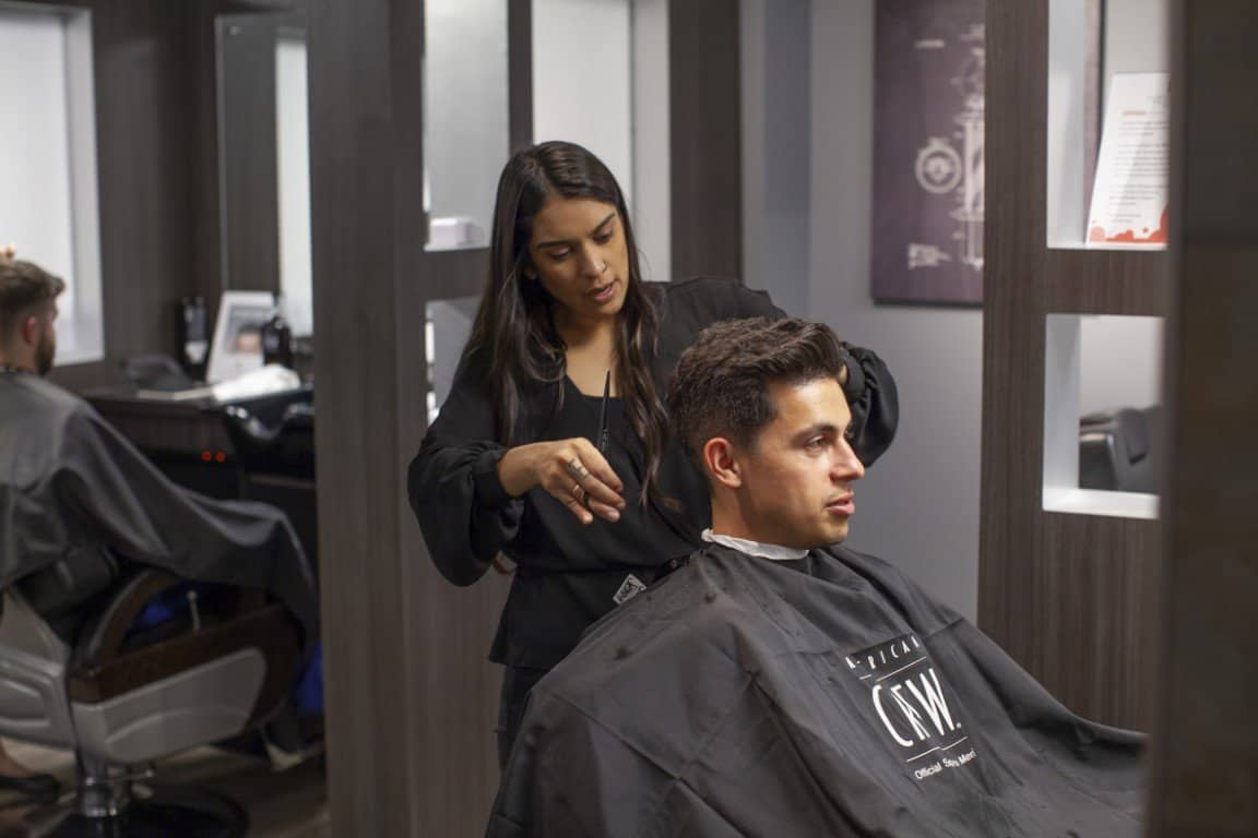 Men's Hairstylist Finishing Haircut